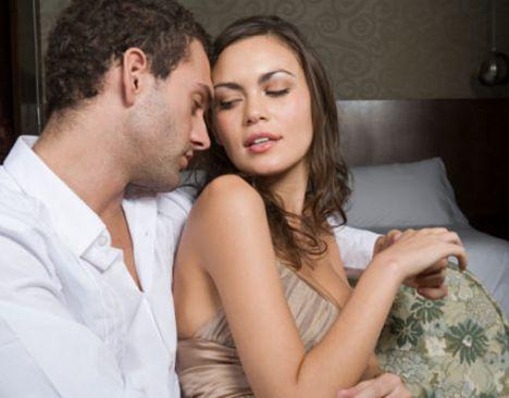 Sizi kendine yaslıyorsa...  Eğer sırtınızı kendi göğsüne yaslıyorsa, bu hem onun için hem sizin için iki farklı anlama gelebilir. Siz bu sayede ona güven duyarsınız, o da sizde bu hissi yaratmak istiyor olabilir. Ya da belki sadece vücudunuzu görmek istiyordur. Böyle davranan erkekler genellikle hassas ve ne istediğini bilen erkeklerdir.  Habere dönmek için tıklayın!